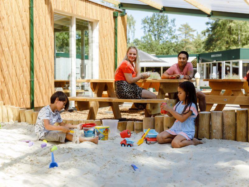 Spelen in de overdekte zandbak - De Noordster