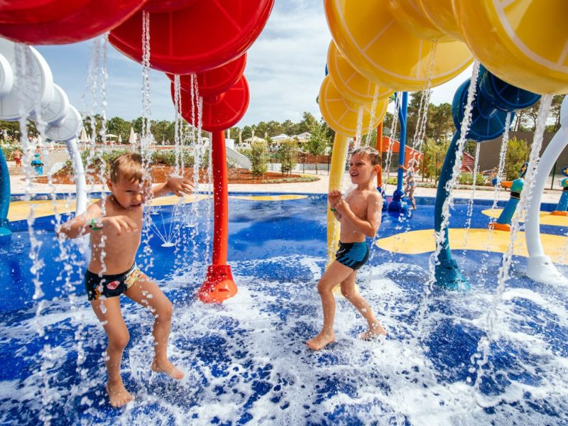 Zaton Holiday Resort , spelende kinderen in zwembad