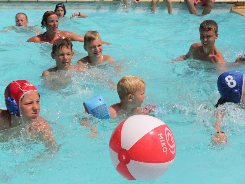 peyrugue - kids - in het zwembad