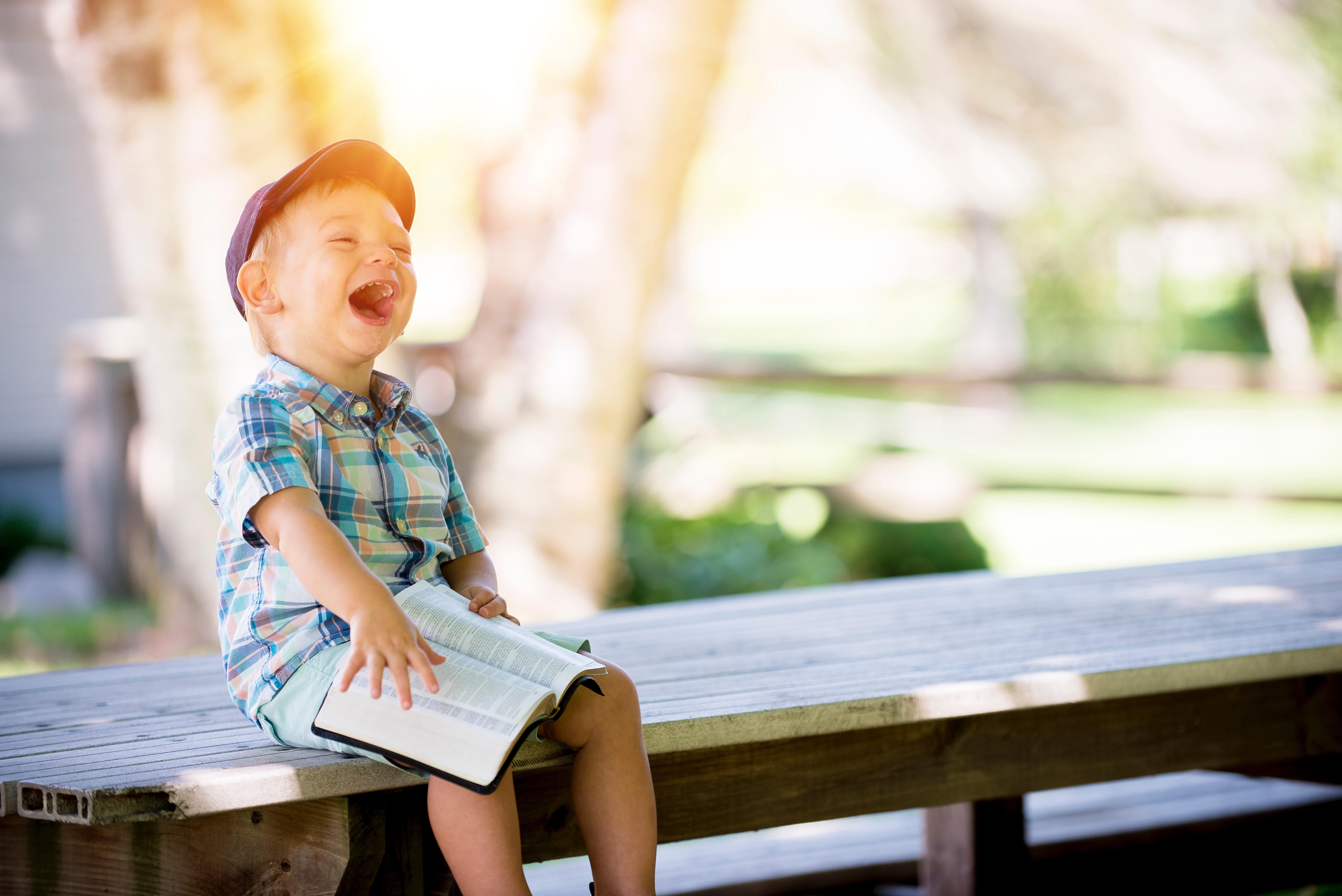 Lachend kind - vakantiechecklist voor ouders