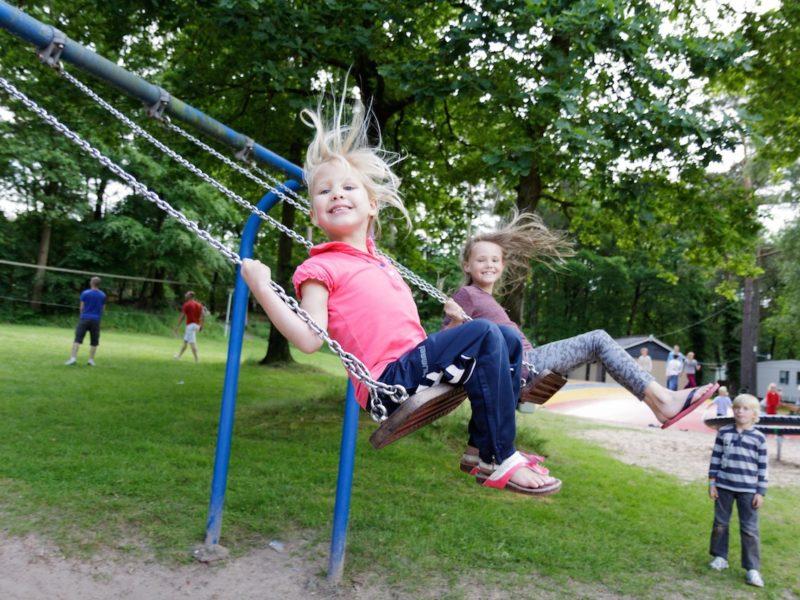 Schommelen in de speeltuin - De Vossenburcht - Kids-Campings