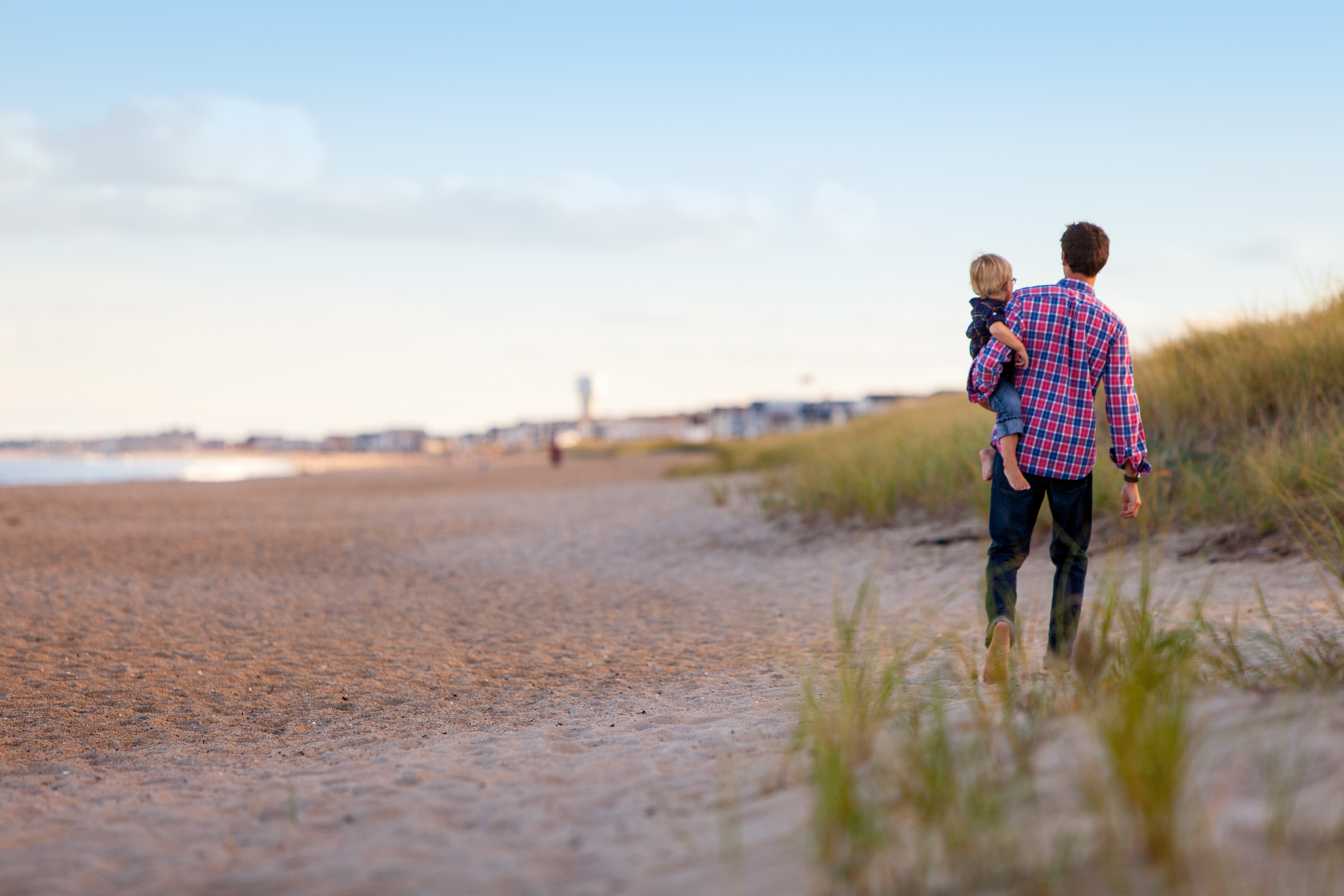 Vakantiegevoel nog even vast te houden - vader met kind op het strand