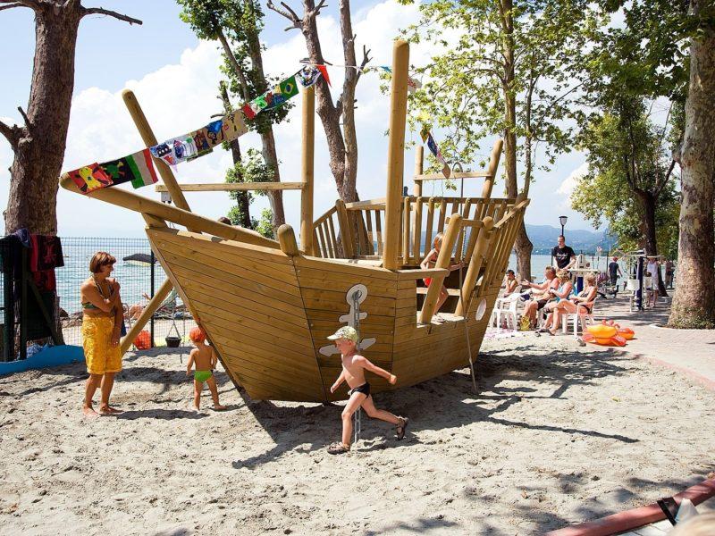 Speelschip op Cisano San Vito