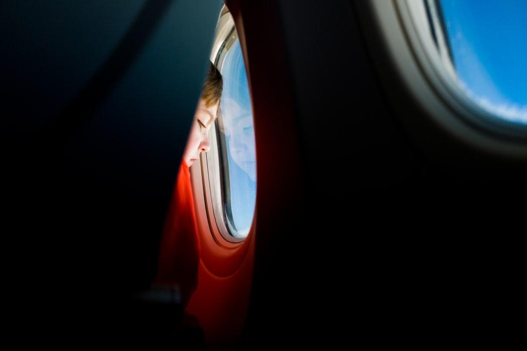 Kind in Vliegtuig - Vliegreis met Kinderen via Kids-Campings.com