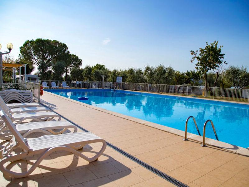 Landschap met zwembad bij Vacanze col cuore
