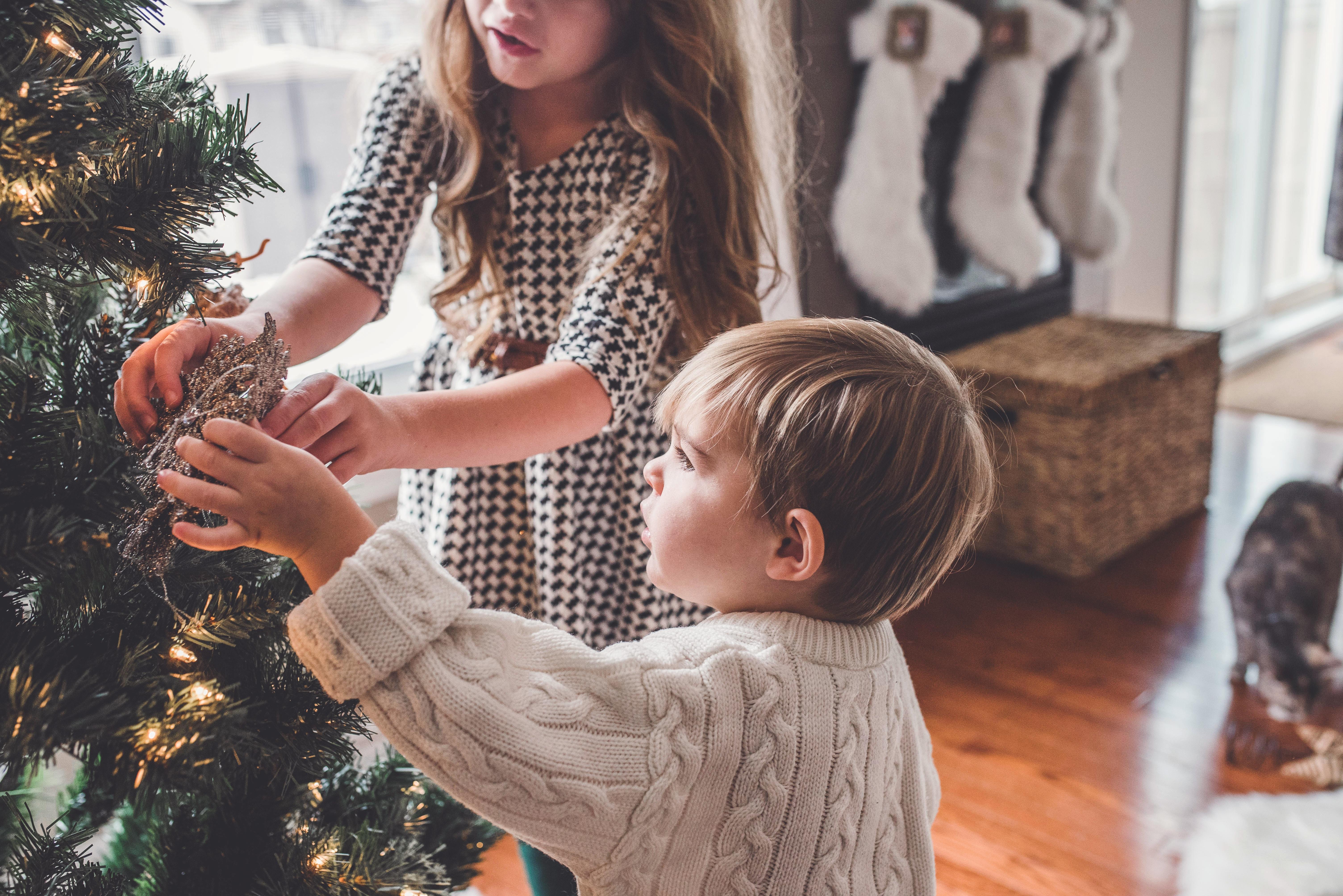 activiteiten voor in de herfstvakantie met kinderen - kinderen bij kerstboom