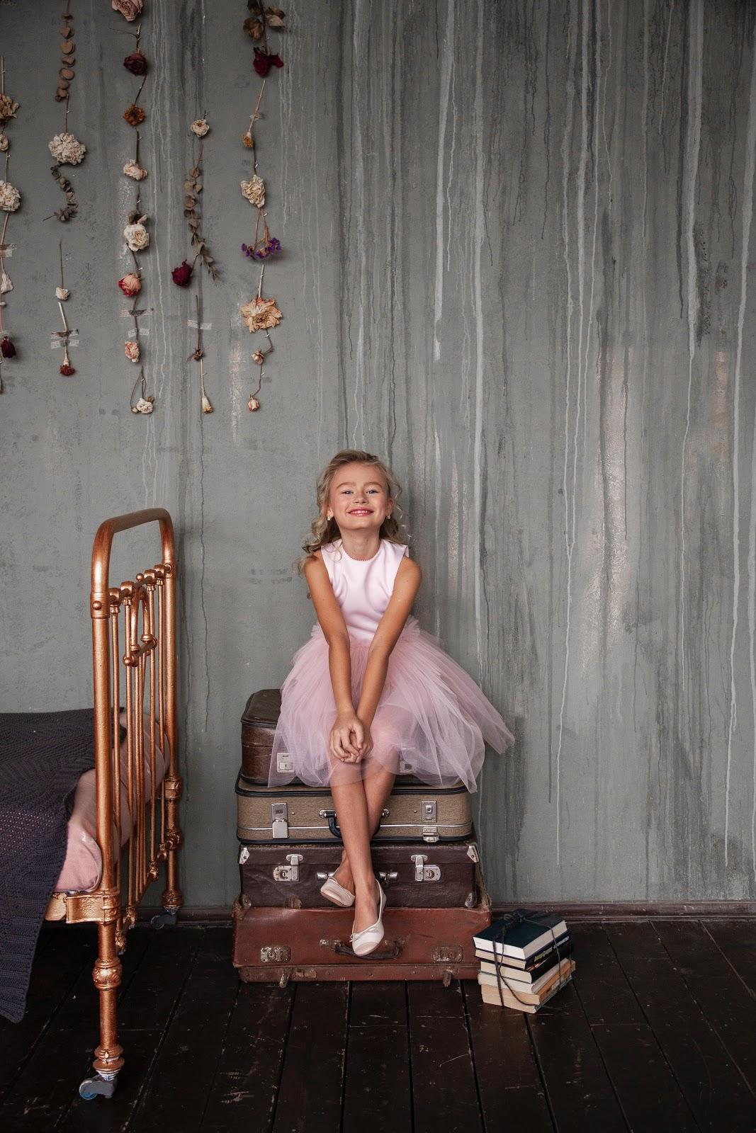 Meisje op koffers - op vakantie met de kids