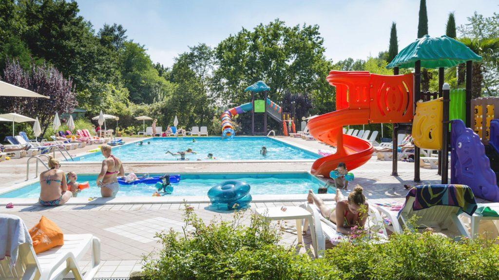 Impressie van zwembad en glijbanen